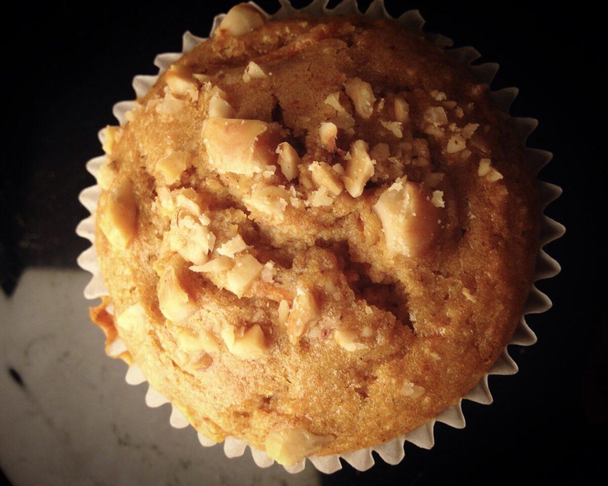 Colazione: l'ideale macrobiotico e variazioni sul tema. Muffin integrali con carote e nocciole.