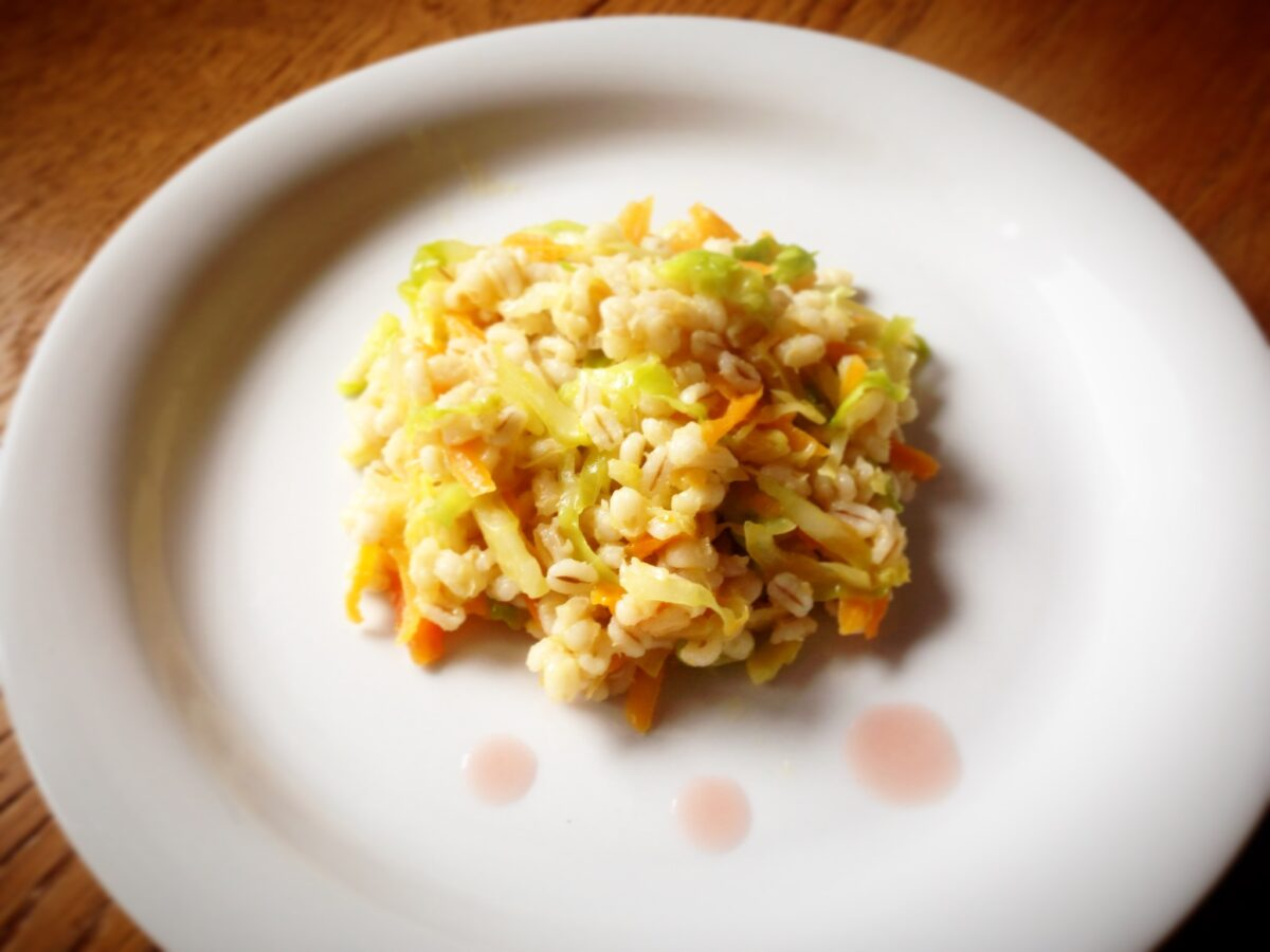 Orzo e verdure saltate con acidulato: aiutiamo il fegato a sciogliere i grassi